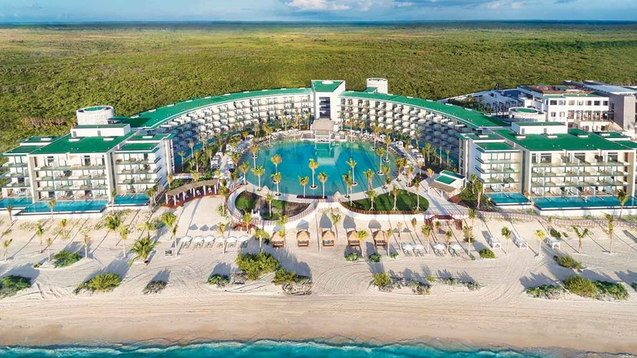 The distinctive crescent of the Haven Riviera Cancún opens to the Caribbean Sea.